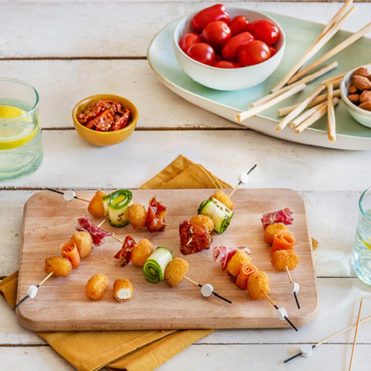 Brochettes apéritives de chèvre, carottes, tomates, courgettes et coppa