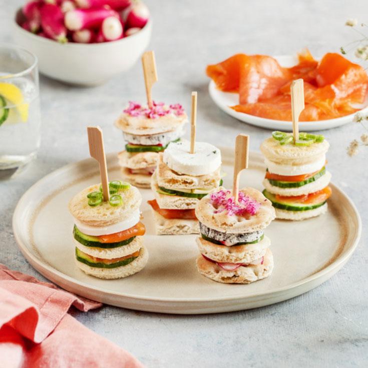 Mini Sandwiches au fromage de chèvre frais, saumon fumé et concombre