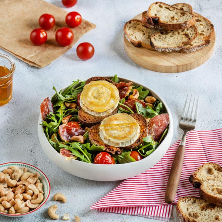 Salade gourmande de chèvre chaud, tomates, roquette et jambon cru