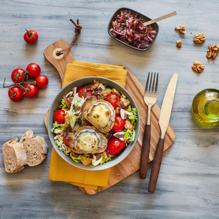 Salade traditionnelle de chèvre chaud, pesto de noix, tomates, champignons et oignons