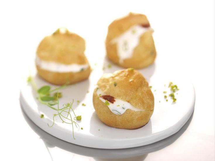 Mini-choux au fromage de chèvre et tomates confites