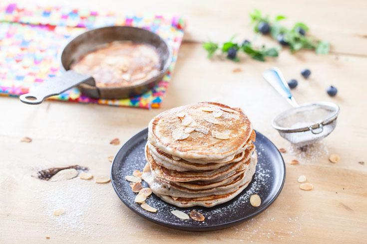Pancakes au yaourt de lait de chèvre aux myrtilles et amandes