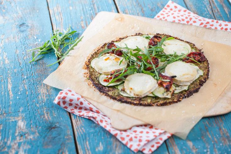 Pizza à pâte végétale, garniture courgette, tomates confites et chèvre
