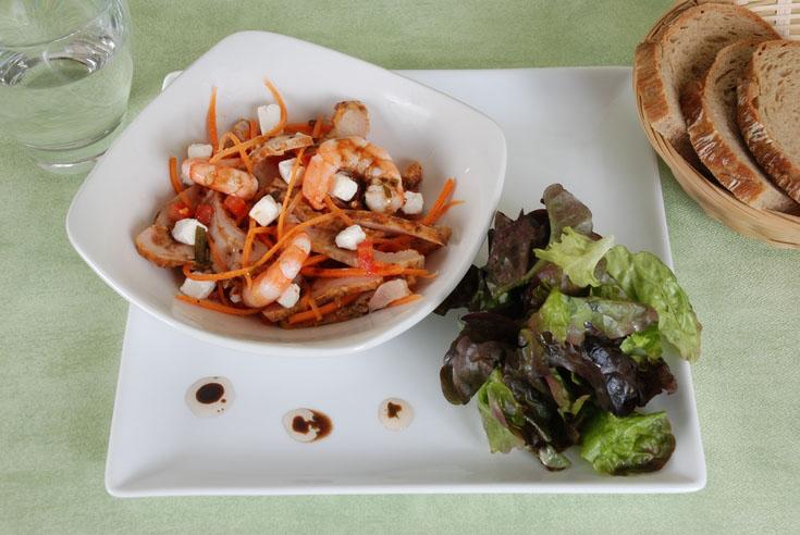 Salade de chèvre au poulet, crevettes et tomates
