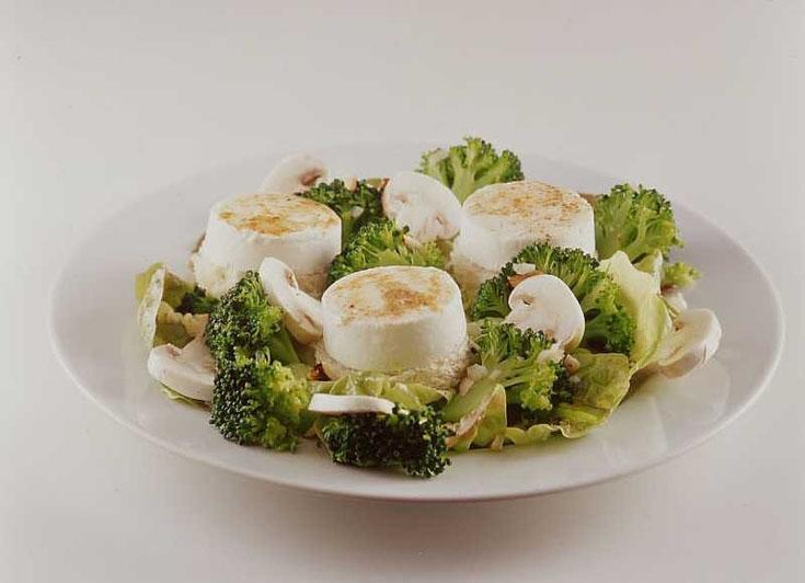 Salade de chèvre aux brocolis, champignons et noisettes