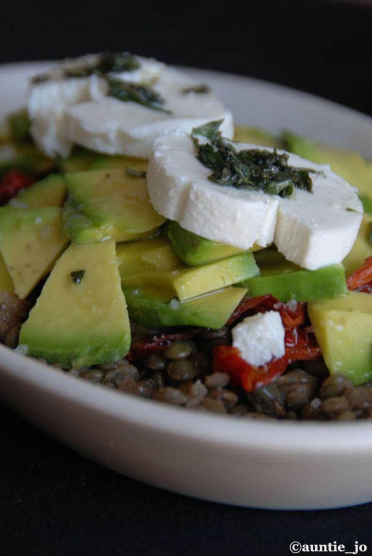 Salade de lentilles, tomates séchées, avocats & fromage de chèvre frais