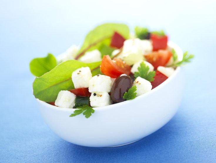 Salade grecque au chèvre, oignons , poivrons et olives