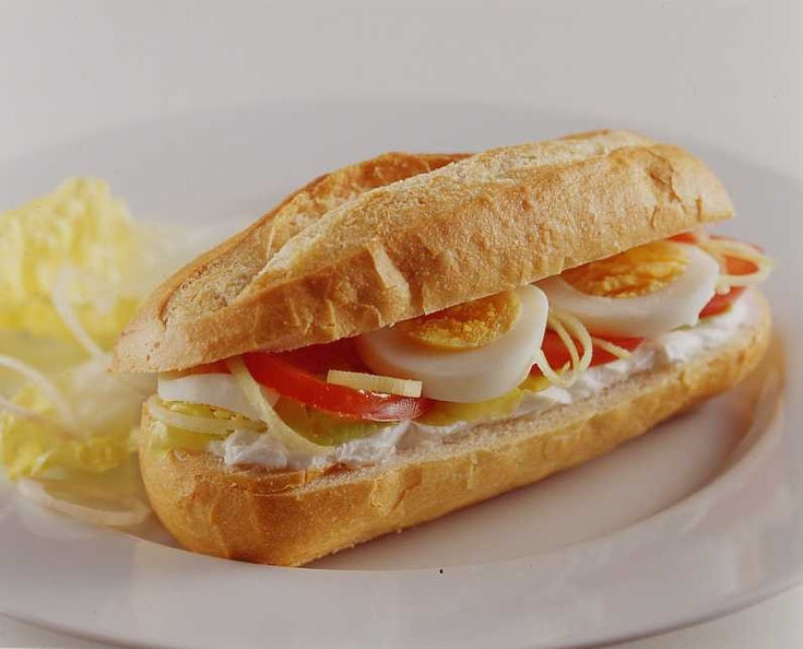 Sandwich au chèvre, œufs et tomates