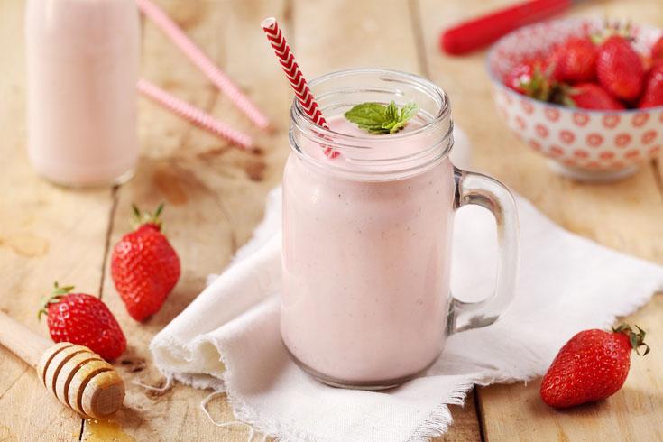 Smoothie aux fraises, yaourts brassés abricot au lait de brebis et miel