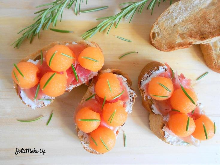Tartines ensoleillées au chèvre, jambon de pays et melon