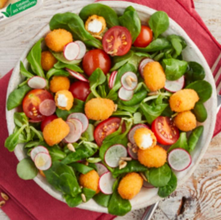 Salade de mâche, tomates, radis et bûchettes créatives de chèvre