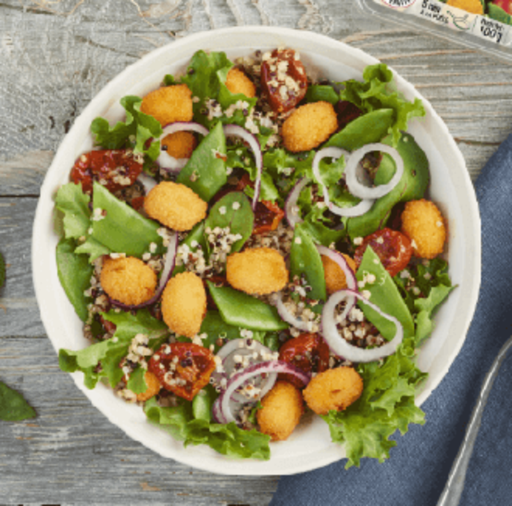 Salade de pois gourmands, quinoa, tomates séchées et croustillants de chèvre