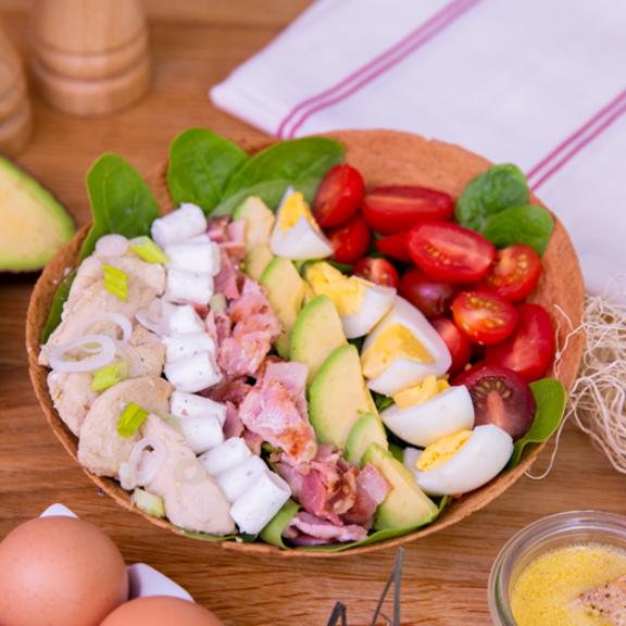 Salade cobb revisitée aux pousses d'épinards, poulet mariné et mini-bûchettes de chèvre Ail et Fines Herbes