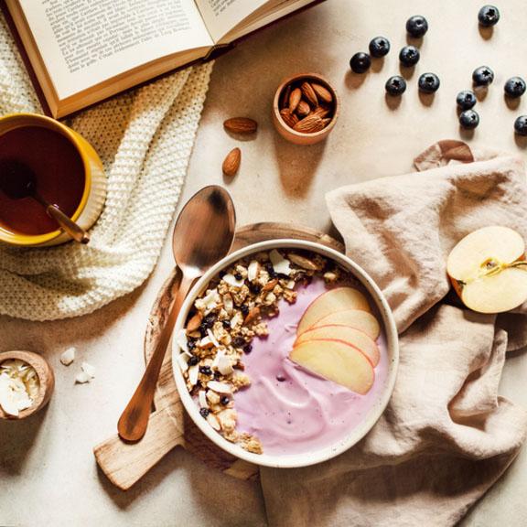 Bowl au brassé de chèvre myrtille et granola