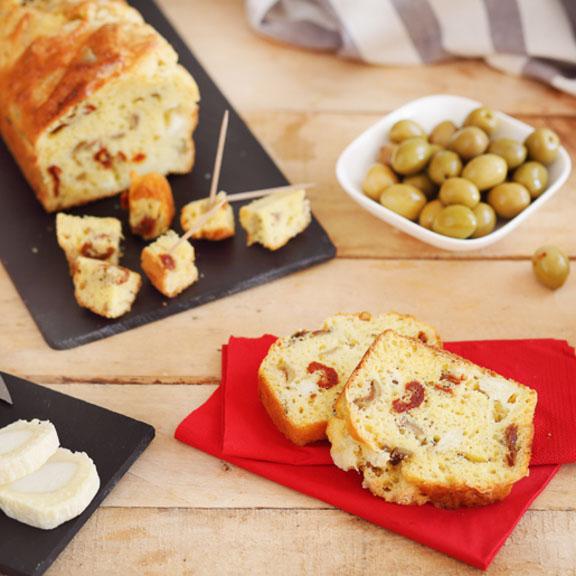 Cake aux tomates séchées, olives et fromage de chèvre