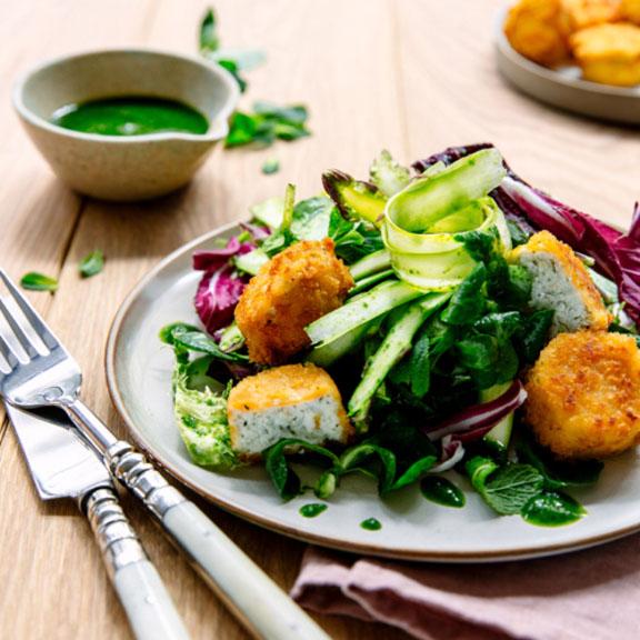 Salade de printemps aux asperges et chèvres chauds panés