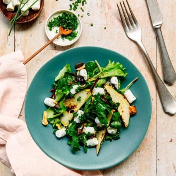 Salade aux poires grillées et bûchettes de chèvre aux herbes