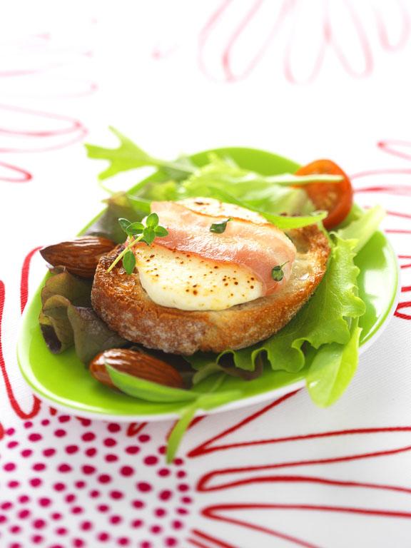 Salade de chèvre chaud au lard , thym et tomates cerises