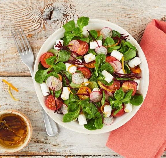 Salade de mâche, tomates, betteraves et bûchettes de chèvre