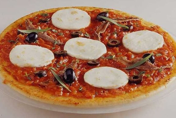 Pizza au fromage de chèvre, anchois et olives
