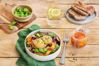 7 idées de salades de chèvre chaud