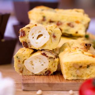Mini cakes surprise aux tomates séchées, pesto et chèvre