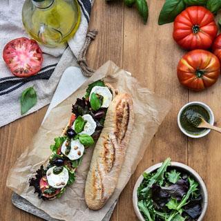 Sandwich au pistou, bûche de chèvre herbes de Provence et jeunes pousses douces