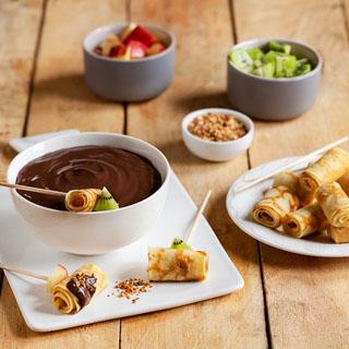 Brochettes de crêpes aux fruits et crème dessert chocolat
