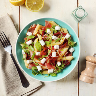 Salade de pâtes, jambon cru et tomates confites