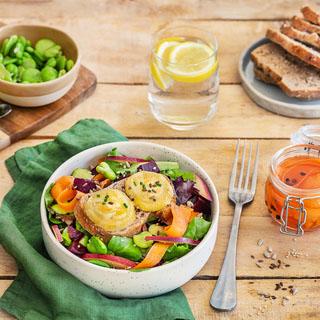 Salade végétarienne de chèvre chaud, carottes, betterave et fèves
