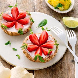 Tartelette sans cuisson aux fraises basilic et yaourt brassé au lait de chèvre