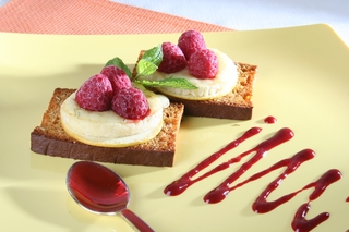 Toasts de pain d'épices au chèvre et coulis de fruits rouges
