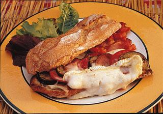 Baguette au fromage de chèvre et lard rôti