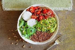 Bol de quinoa aux spaghettis de courgette, tomates et palets de chèvre Soignon