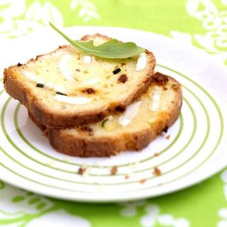 Cake au fromage de chèvre, à la courgette et au chorizo