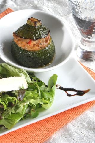 Courgette farcie au fromage de chèvre, jambon de Parme et tomates séchées