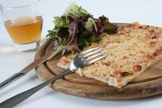 Flammenküche au fromage de chèvre et aux lardons