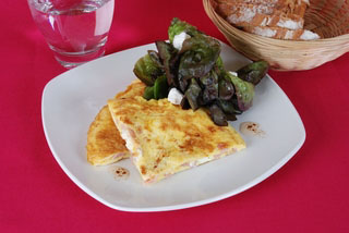 Omelette aux cubes de chèvre et lardons