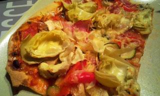 Pizza aux légumes, bacon et fromage de chèvre