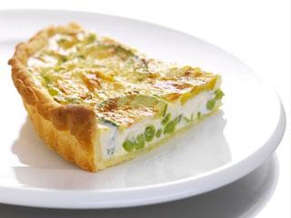 Quiche au fromage de chèvre, petits pois et courgettes