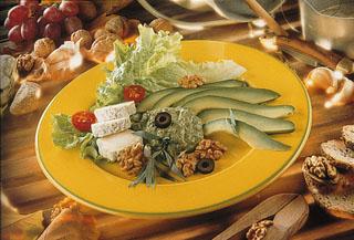 Salade d'avocat au fromage de chèvre et noix
