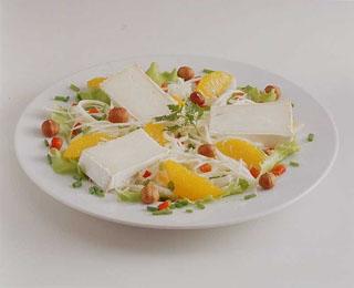 Salade de chèvre aux noix, céleri et orange