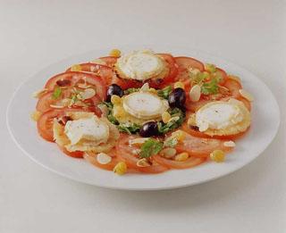 Salade de chèvre chaud à l'ananas, tomates et amandes