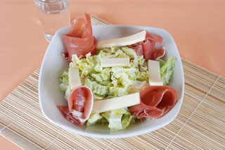 Salade de chèvre, jambon sec et chou chinois