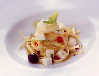 Salade de pâtes au chèvre mariné aux tomates et à la coriandre