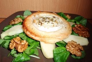Salade fraîche agrémentée de toast de chèvre chaud