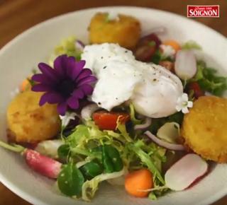 Salade gourmande de chèvre chaud pané, œuf poché et crudités