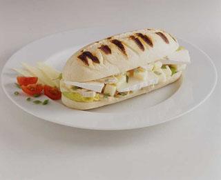 Sandwich au chèvre, blanc de volaille et champignons
