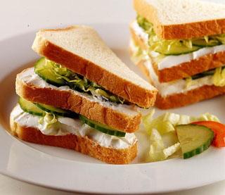 Sandwich au concombre et chèvre frais