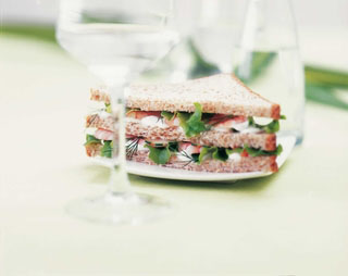Sandwich au fromage de chèvre, courgettes et tomates